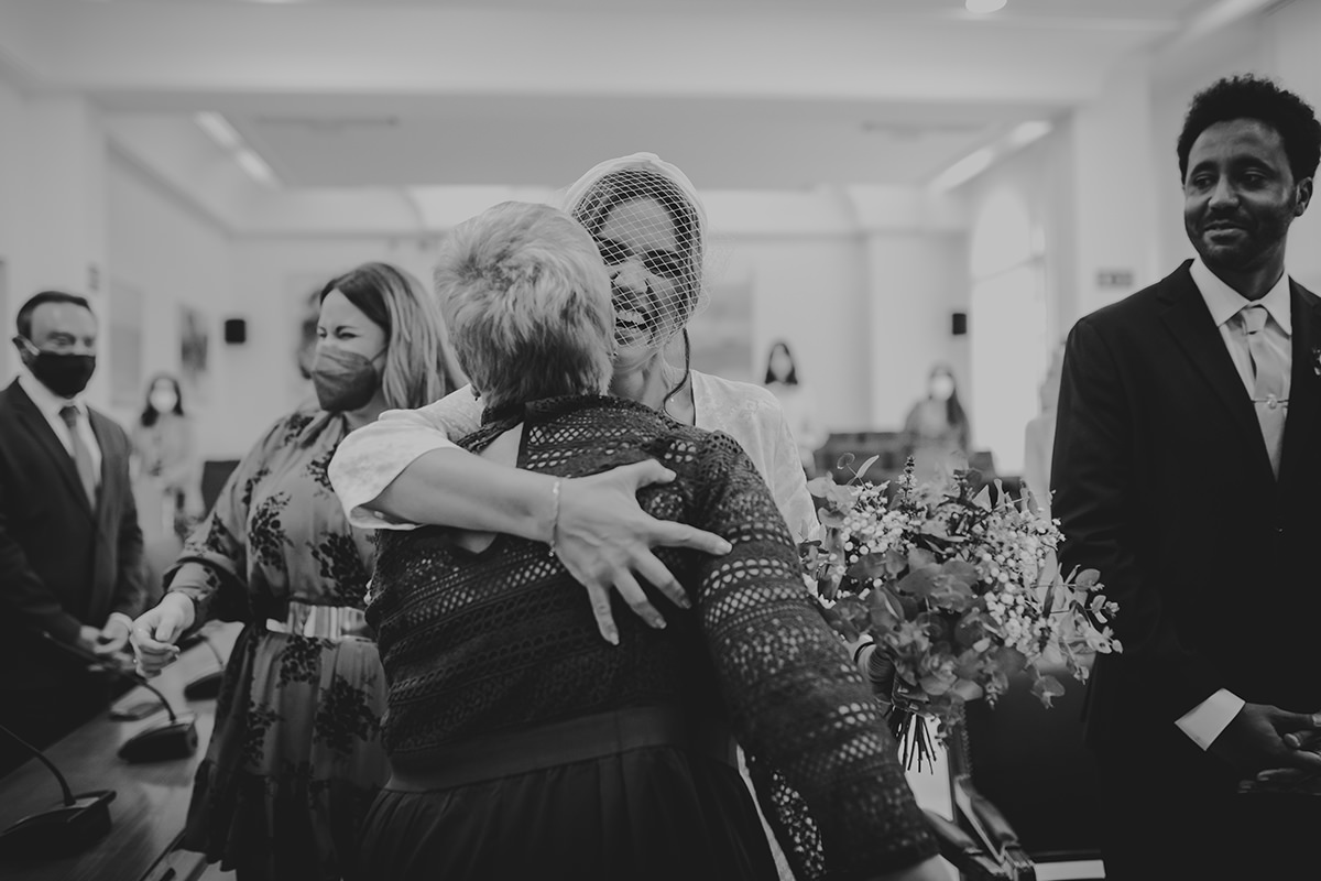 abrazo novia invitada málaga