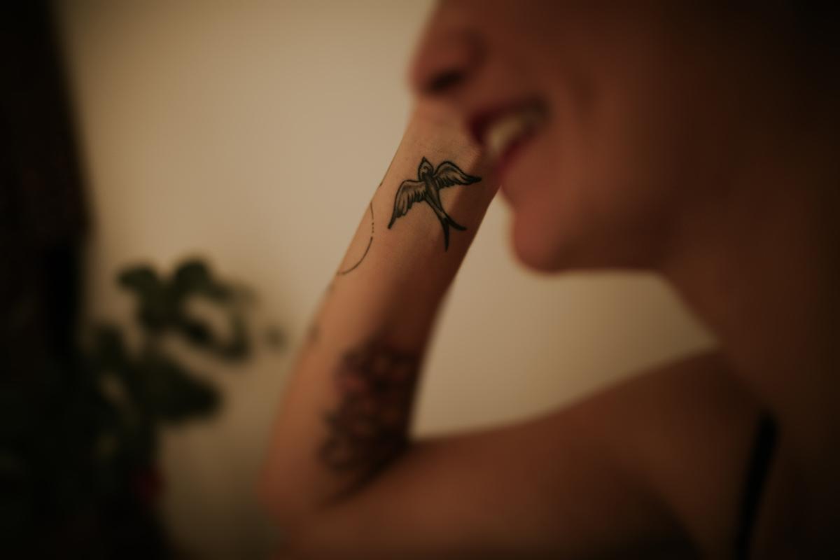 detalle brazo tatuaje boudoir