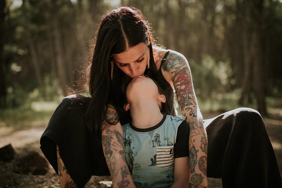 fotografía beso madre hijo