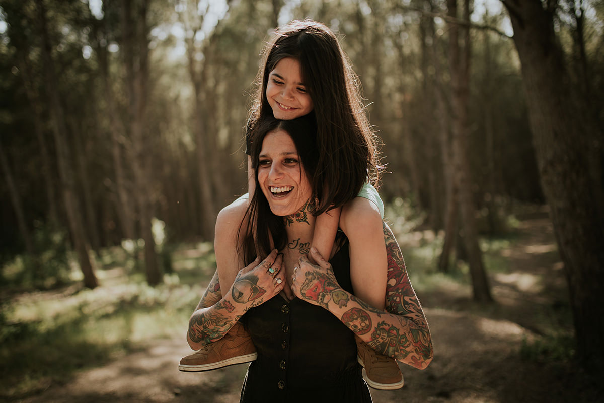 Fotografía familia madre hijo tattoos