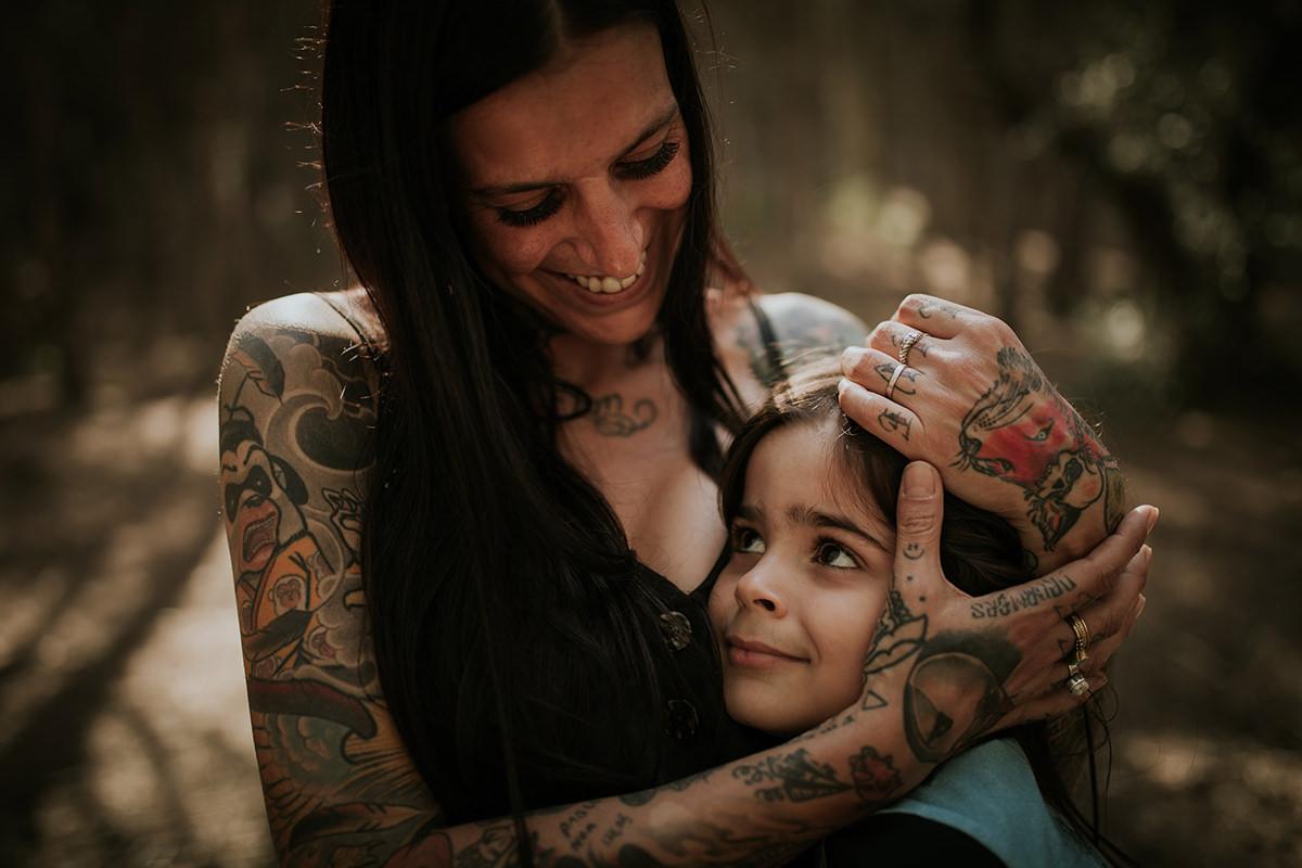 Fotografía familia abrazo madre