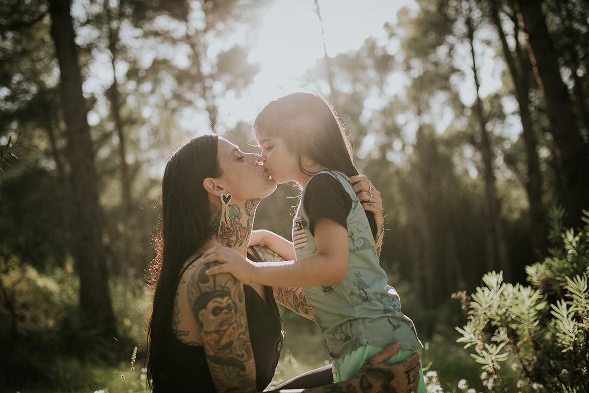 beso madre hijo naturaleza tatuajes