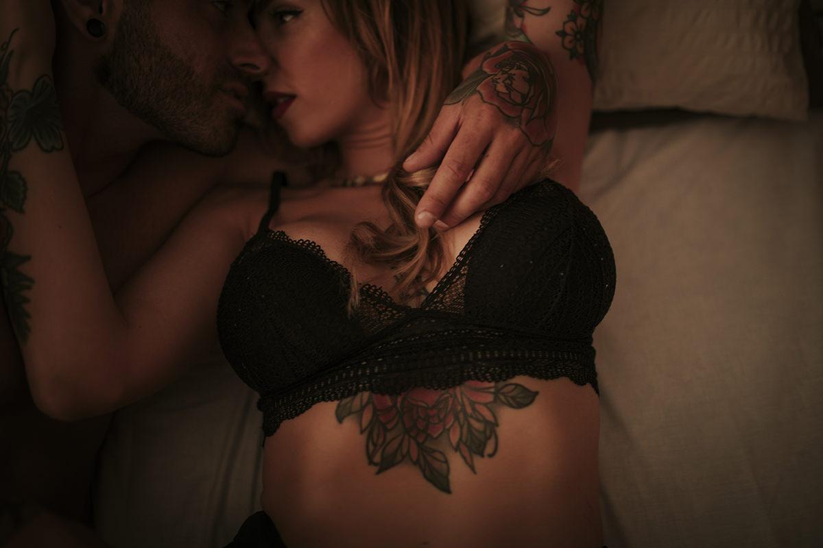 detalle sujetador íntimo pareja tattoos
