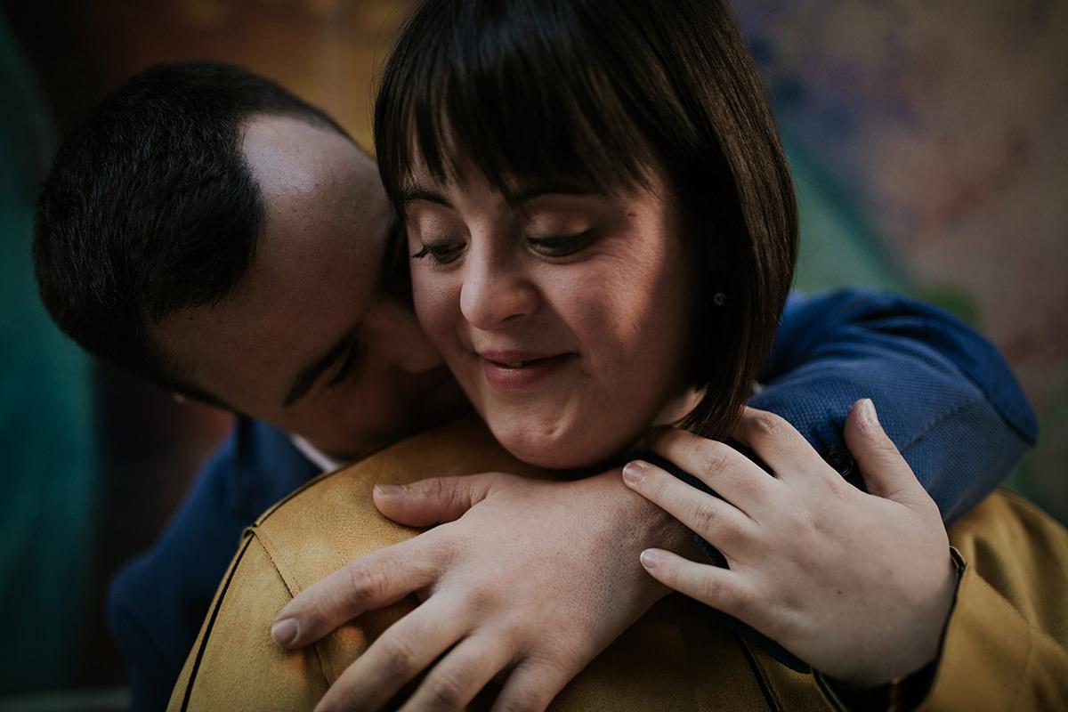 retrato novia pareja abrazo