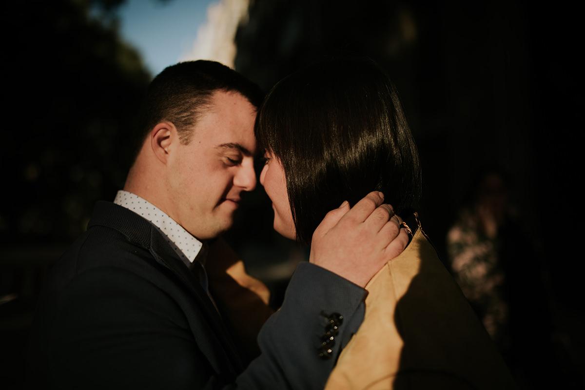 retrato parejas abrazo