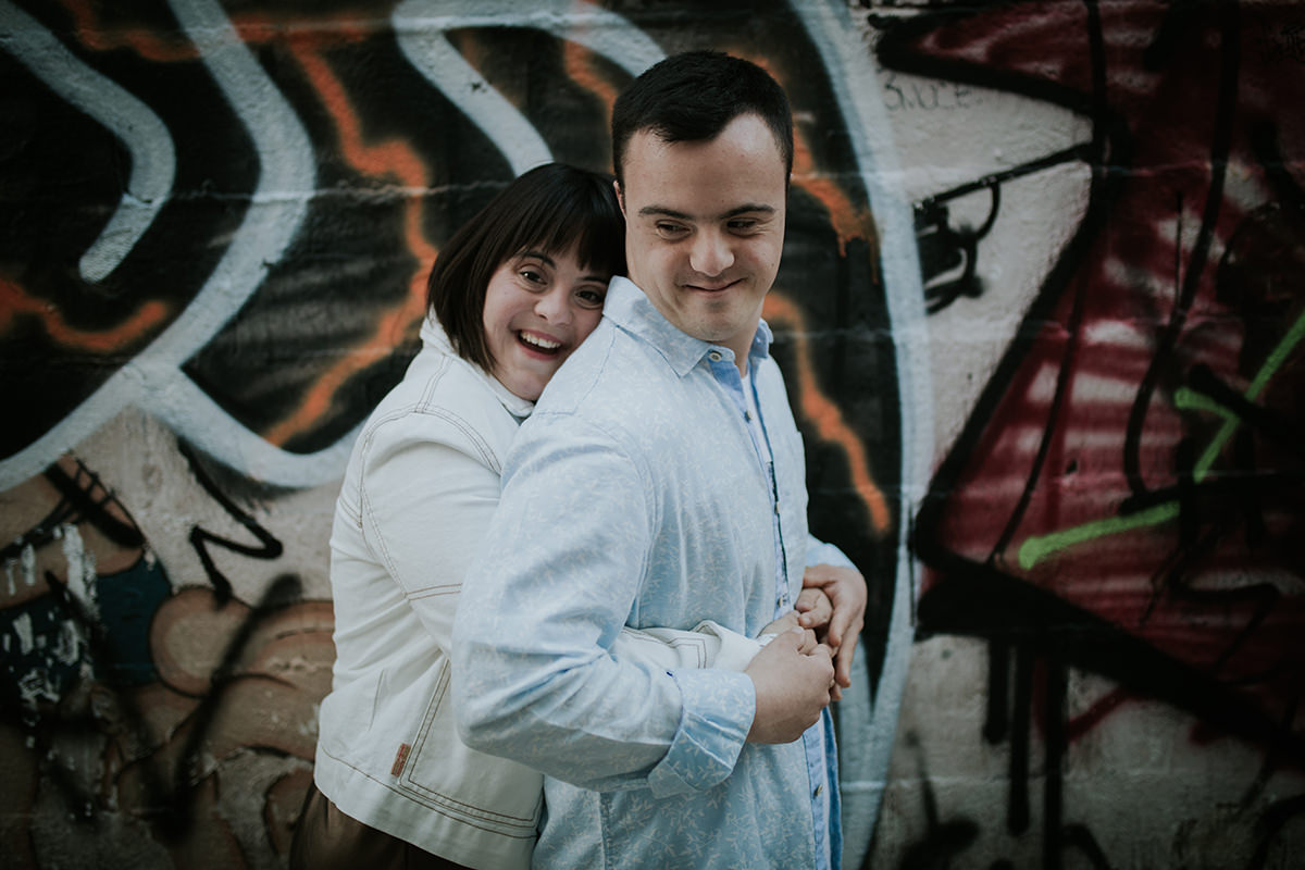 fotografía pareja abrazo málaga graffiti