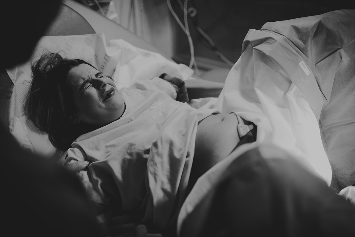 Fotografía parto madre empujando