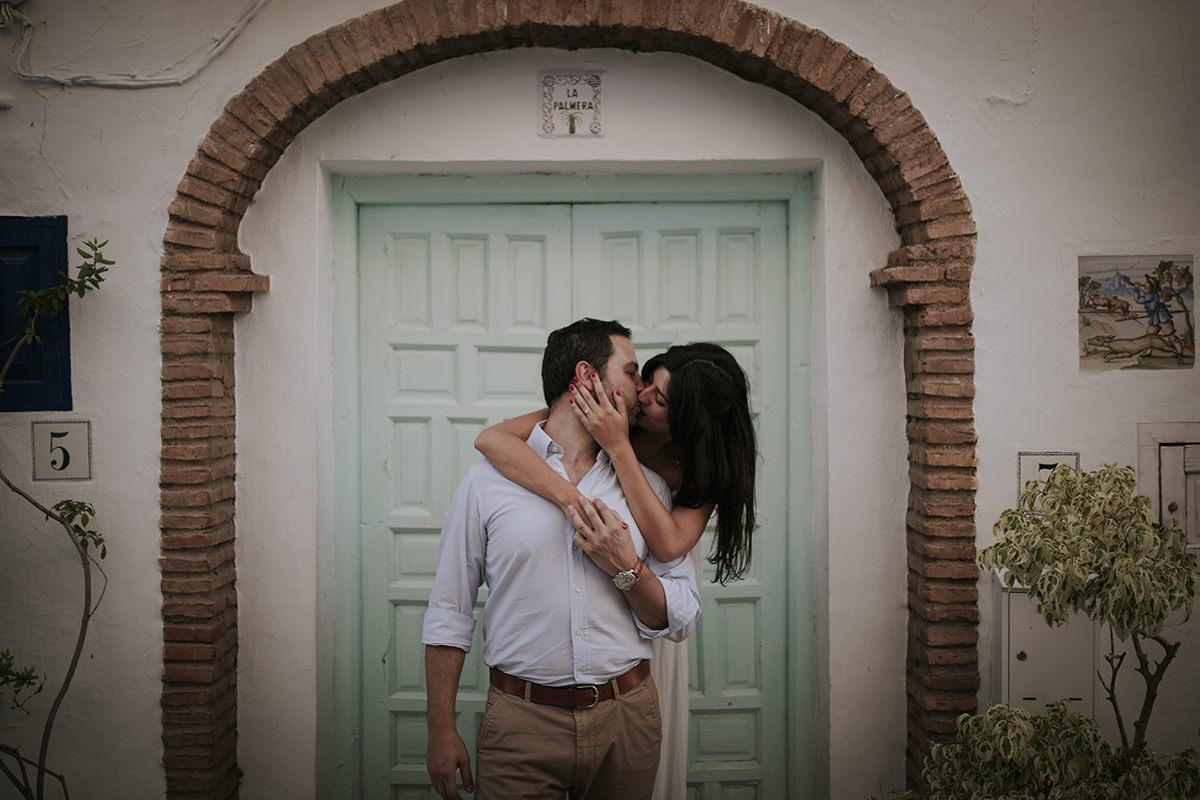 fotografía abrazo puerta frigiliana