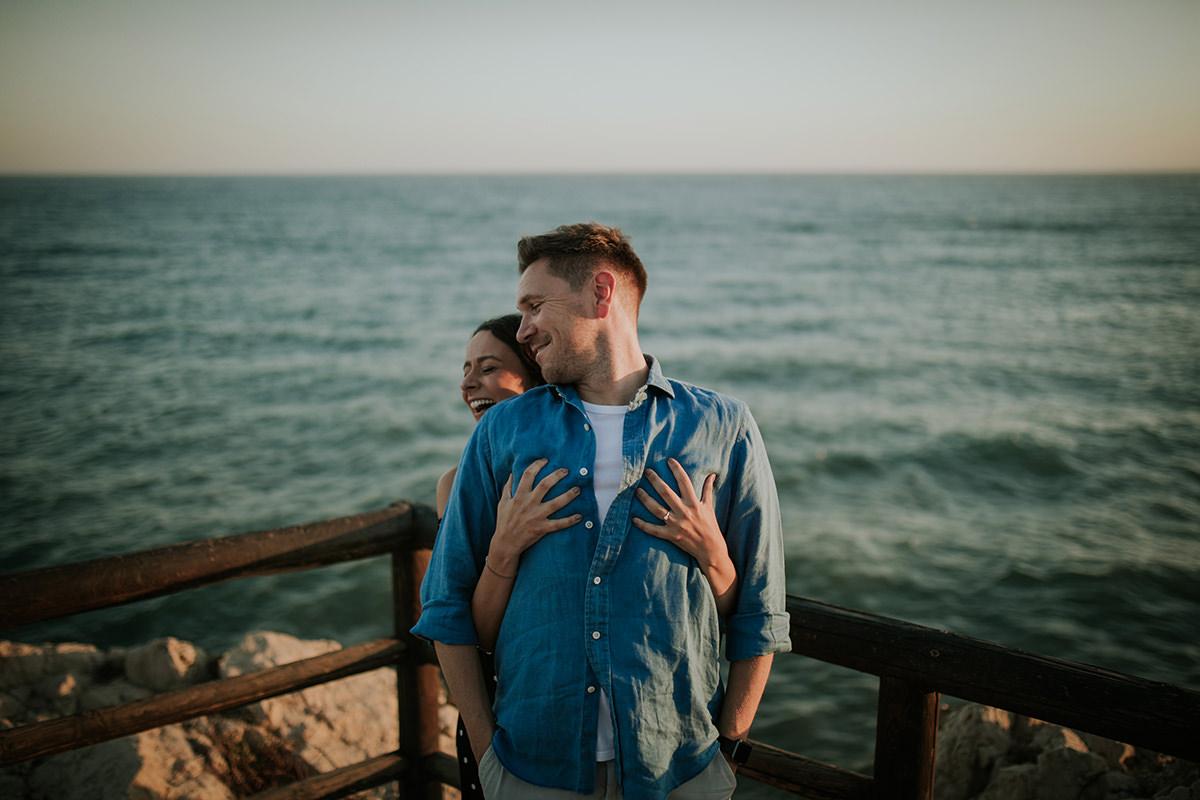 fotografía abrazo novios mar