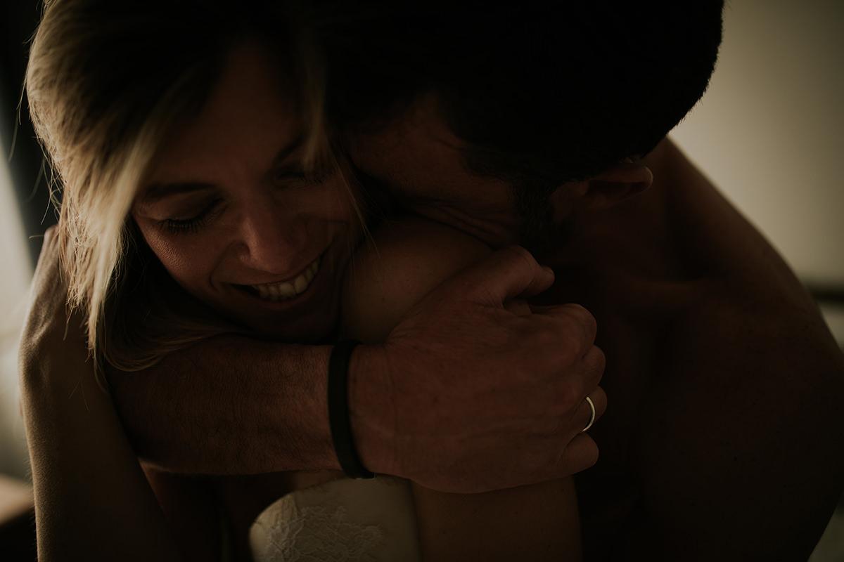 detalle abrazo íntimo pareja