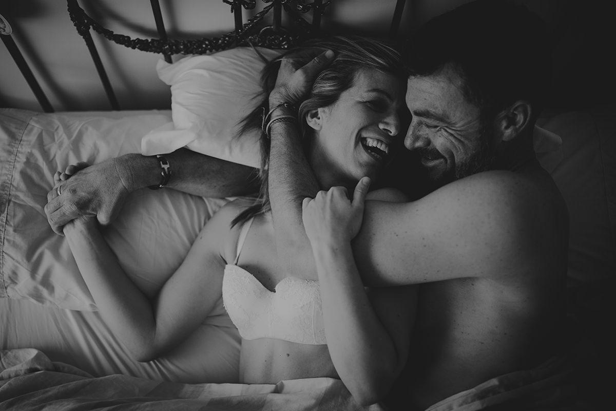 detalle abrazo pareja íntimo