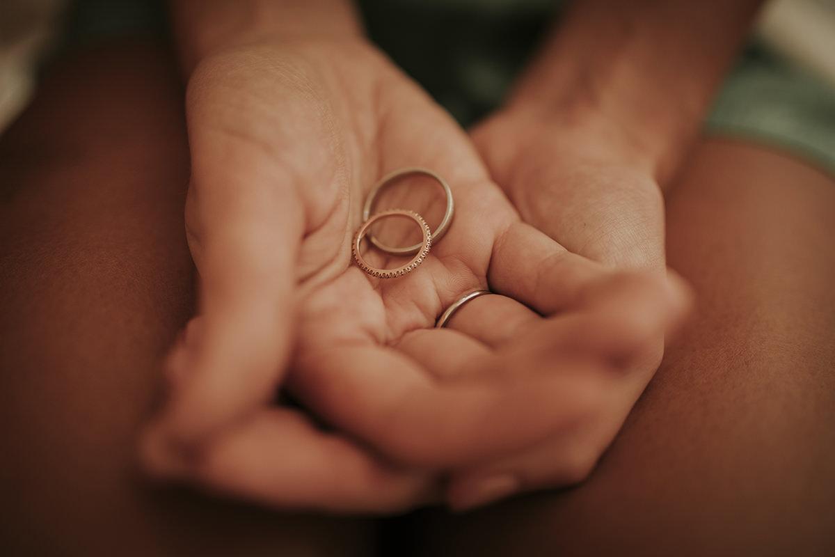 detalle anillos boda manos