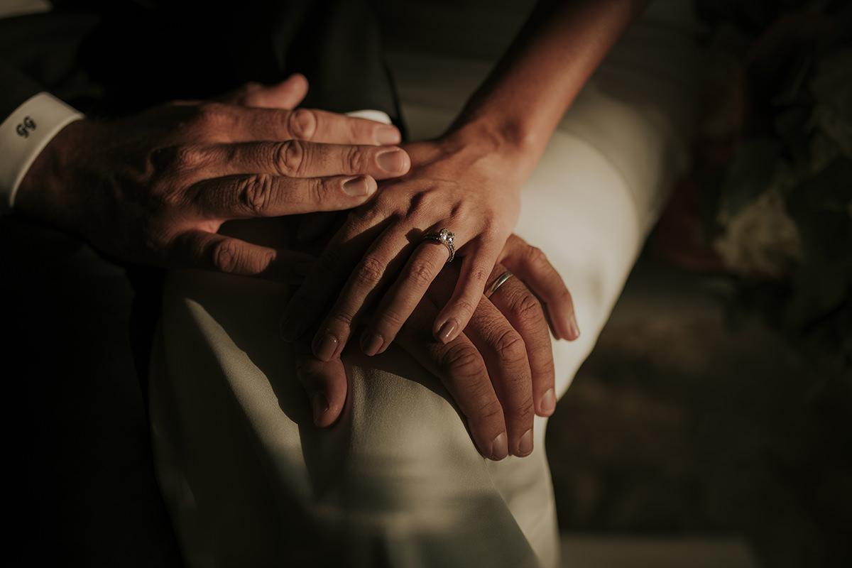 detalle manos anillos boda
