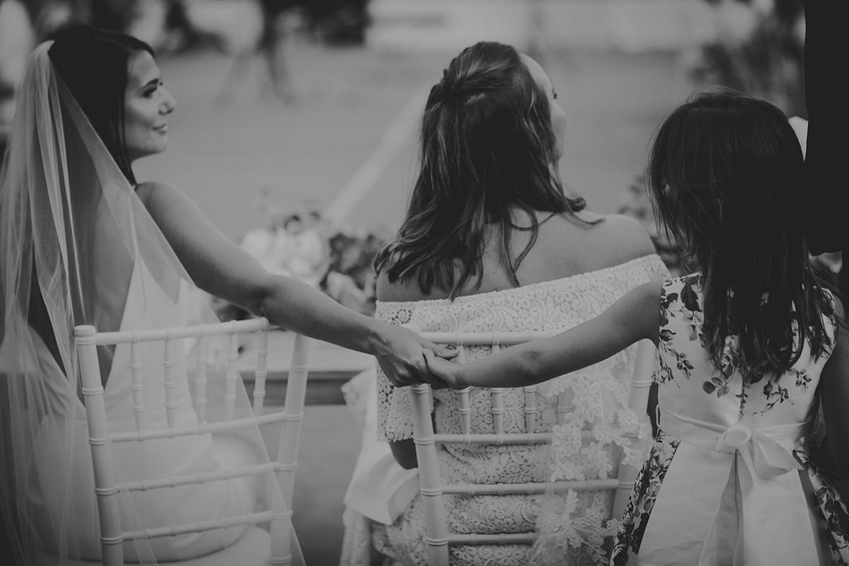 abrazo novia niña boda