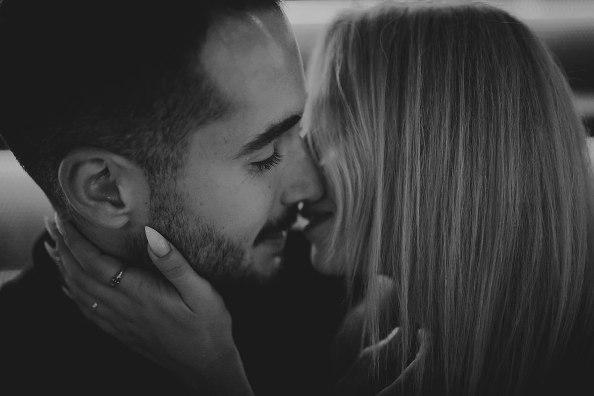 retrato pareja beso