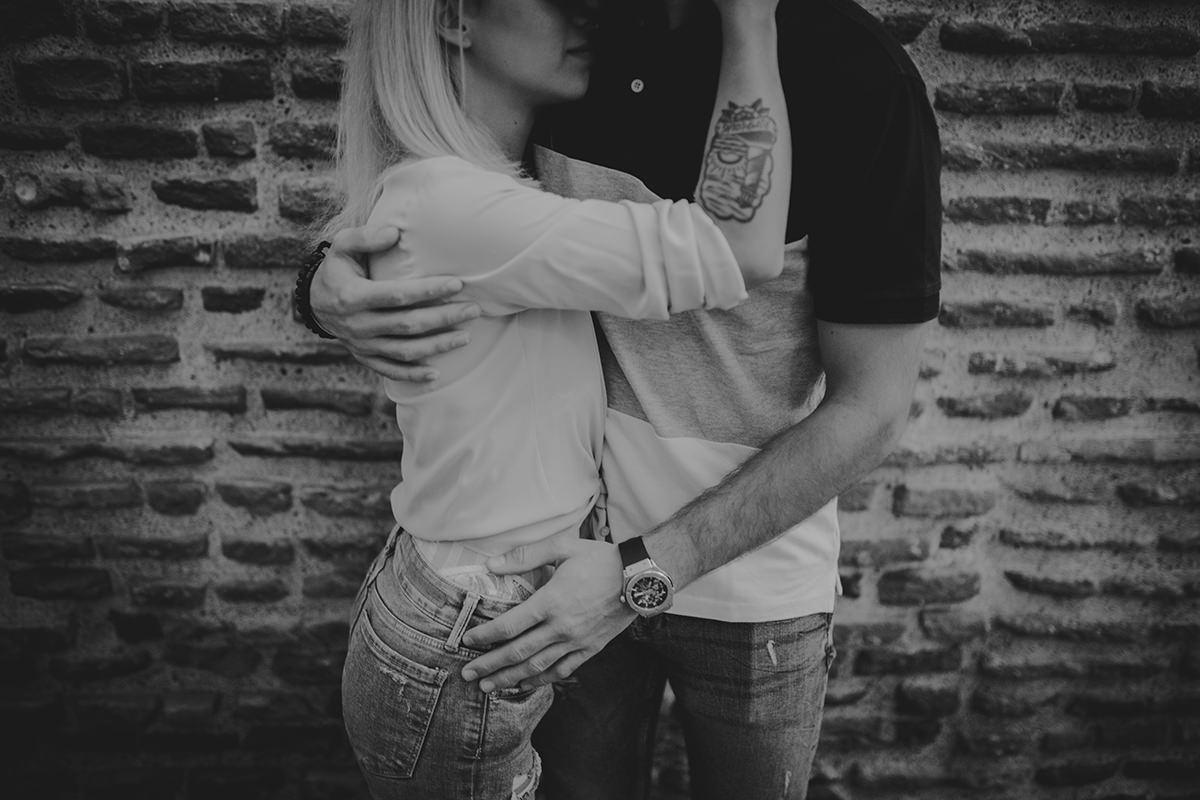 detalle abrazo pareja tatuaje